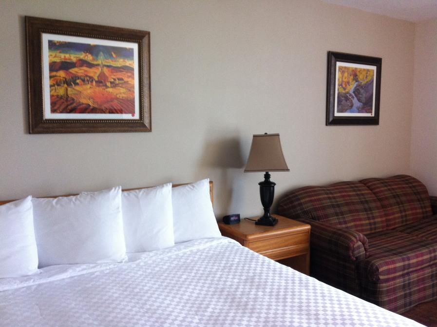 Grand lac Hotel: King bed room facing the mont Orford and the Memphrémagog lake