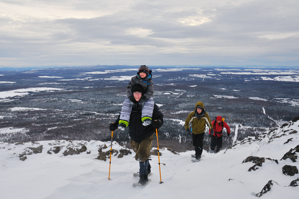 Snowshoeing at Mont-Ham: Family climbing (Credit :   Mes Sources - Sylvain Laroche