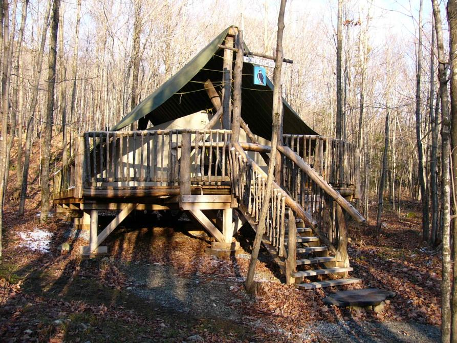 Prospector tent in forest, Mont-Ham: Enjoy an unforgettable experience in the forest with a night in one of our prospector tents. Available year round. Breakfast included!