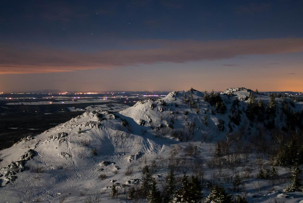 Snowshoeing at night: Photo : Jonathan Tessier