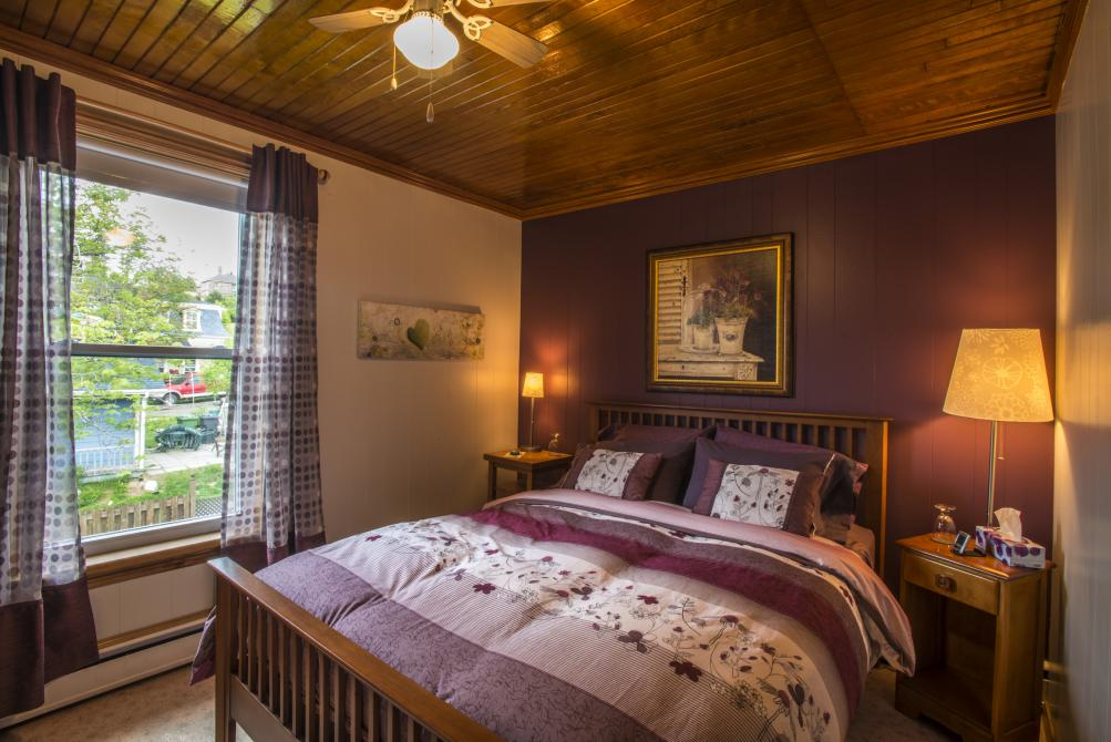 Aubergine room: Room with queen size bed and cosy atmosphere