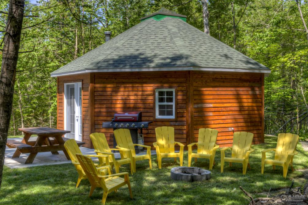 Yourte en bois Deluxe: With a size of 24 'x 24', you can accommodate up to 8 people and will find all the comfort it needs!