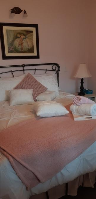 Mme Rose bedroom: This magnificient bedroom is located on the 1st floor and is a tribute to mme Rose, an artist from the 60's, living in Coaticook. You will rest on a queen size bed with a direct view on the gorgeous suspended bridge. Welcome at Mme Rose.
