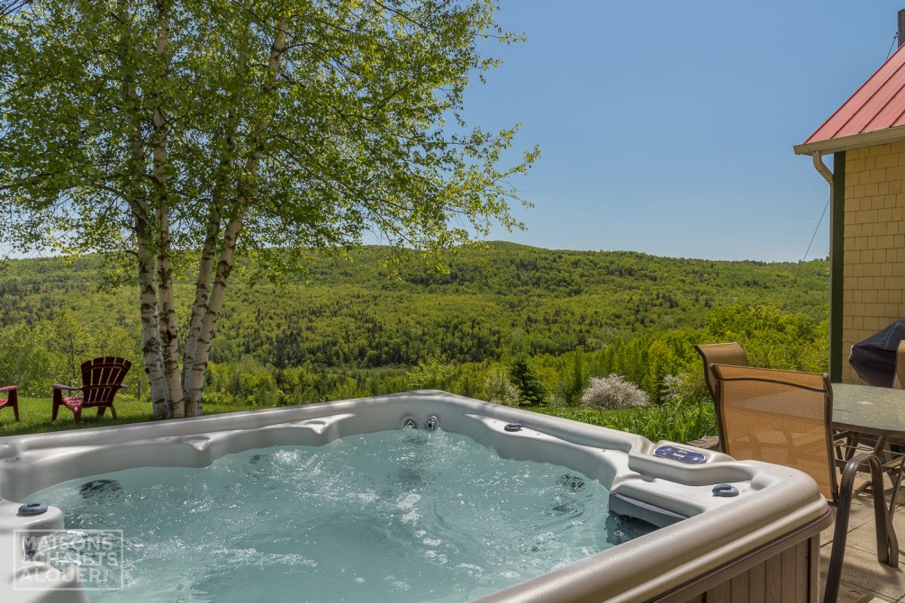 À la Vallée Enchanteresse: Hottub with a beautiful view.