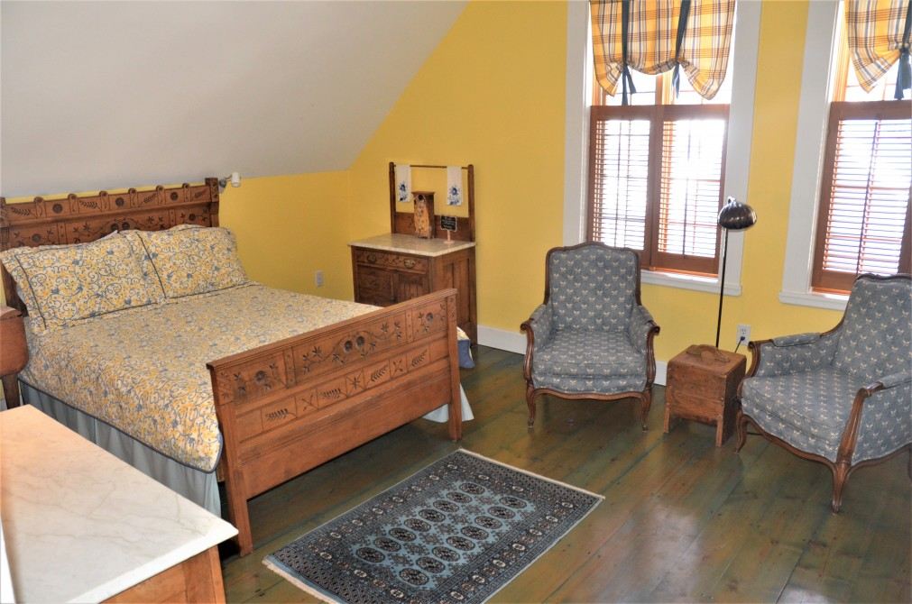 Yellow room: Charming room decorated with antique furniture. Private bathroom.  Ideal for 1 or 2 persons.