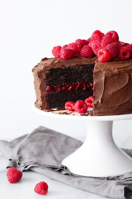 Raspberry-Chocolate Cake by Dora: Wide variety of desserts: Cheesecake, carrot cake, chocolate or hazelnut or maple mousses, garden pies, sugar pies, individual desserts and a wide range of pastries!
